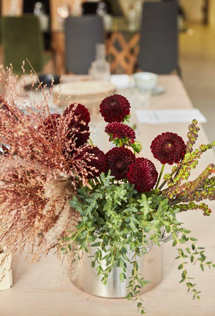 Herbstliche Tisch-Deko mit Dahlien