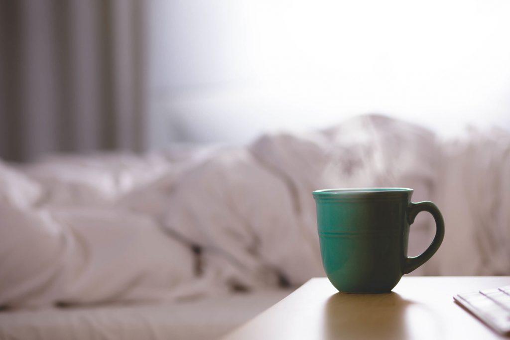 Ein paar Stunden Schlaf mehr im Winter unterstützen den Körper bei der Entspannung und helfen dabei, Winterblues zu vermeiden.