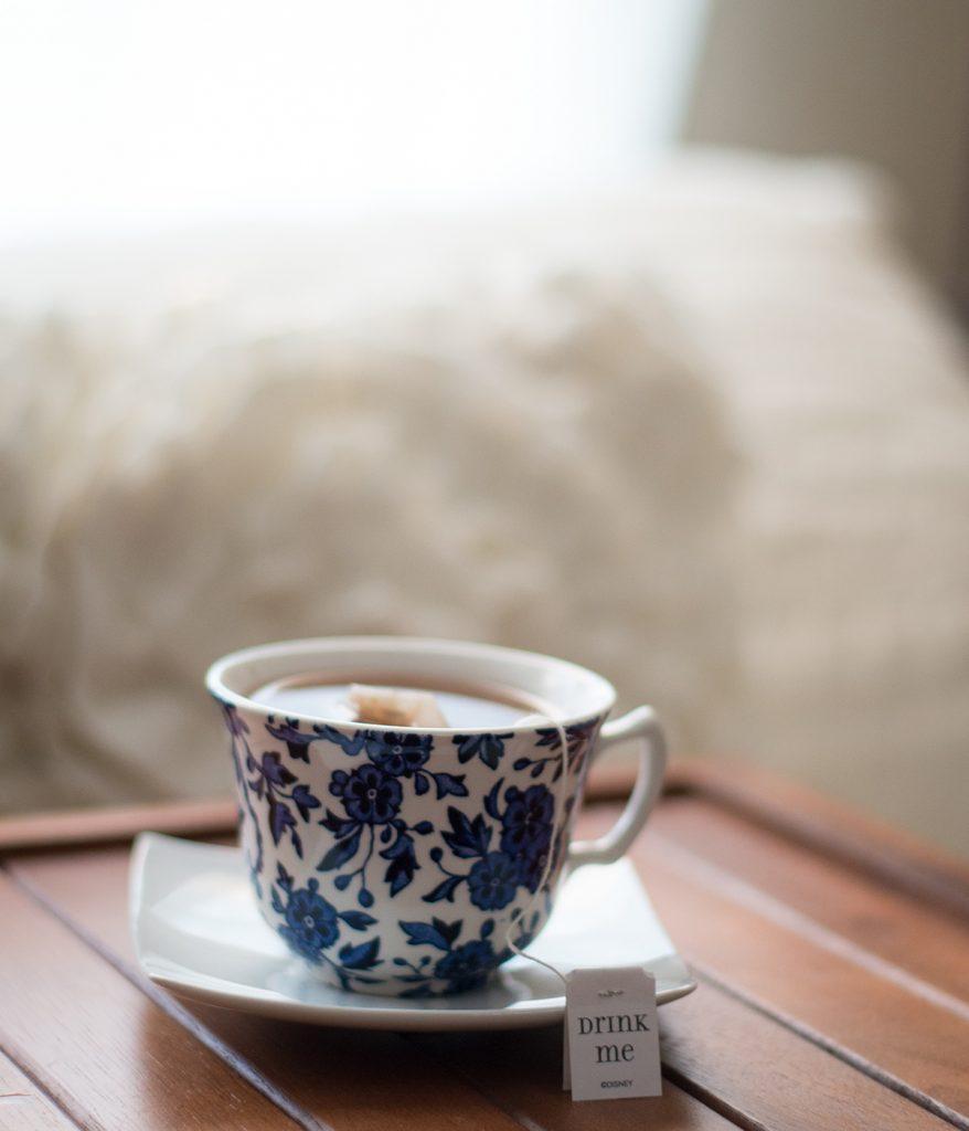 Startet gesund und entspannt in den Tag mit einer Tasse Tee und ein paar Rückenübungen.