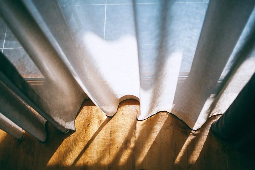 Wascht beim Frühjahrsputz auch eure Gardinen – das sorgt für frischen Duft in der Wohnung.