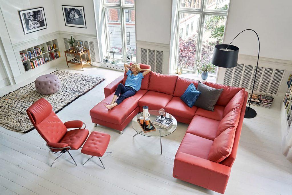 Entspannt euch nach dem Frühjahrsputz auf eurem Stressless Sofa und geniesst eure Wohnung.