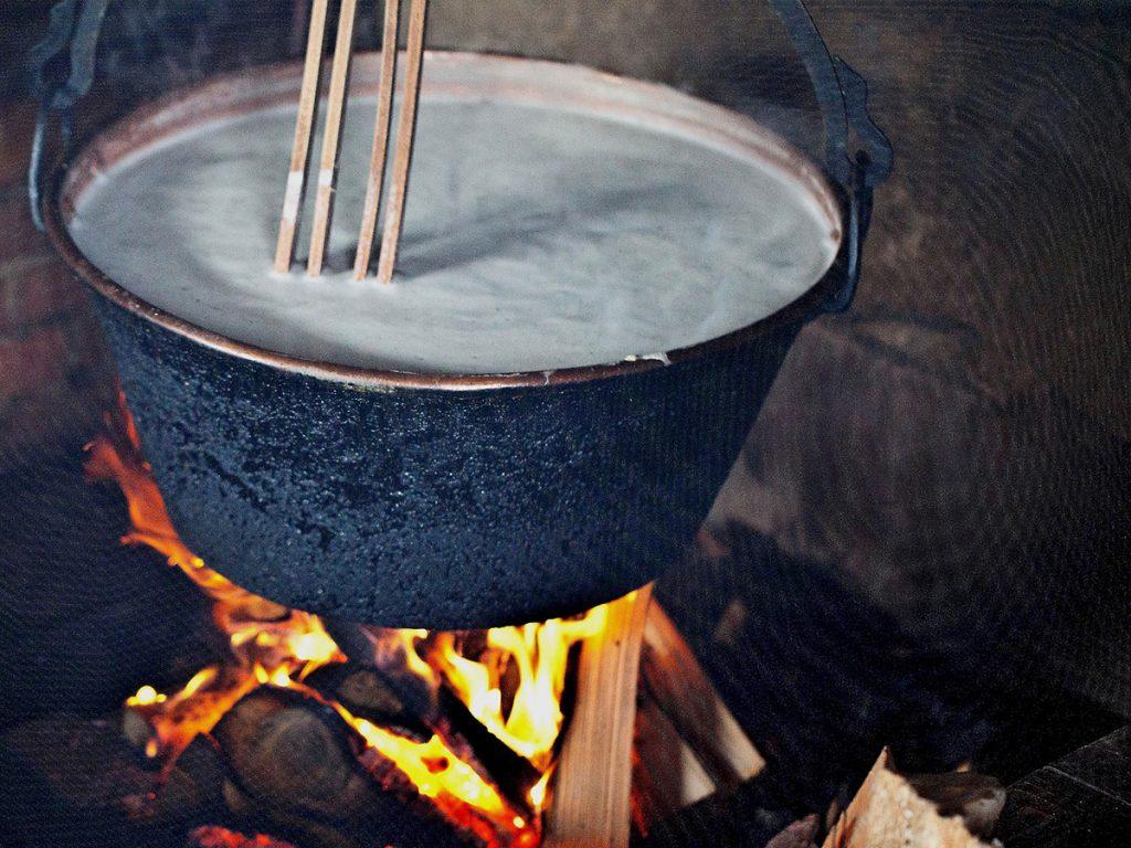 Eisenkessel, Kaeseherstellung, Feuer, Molke