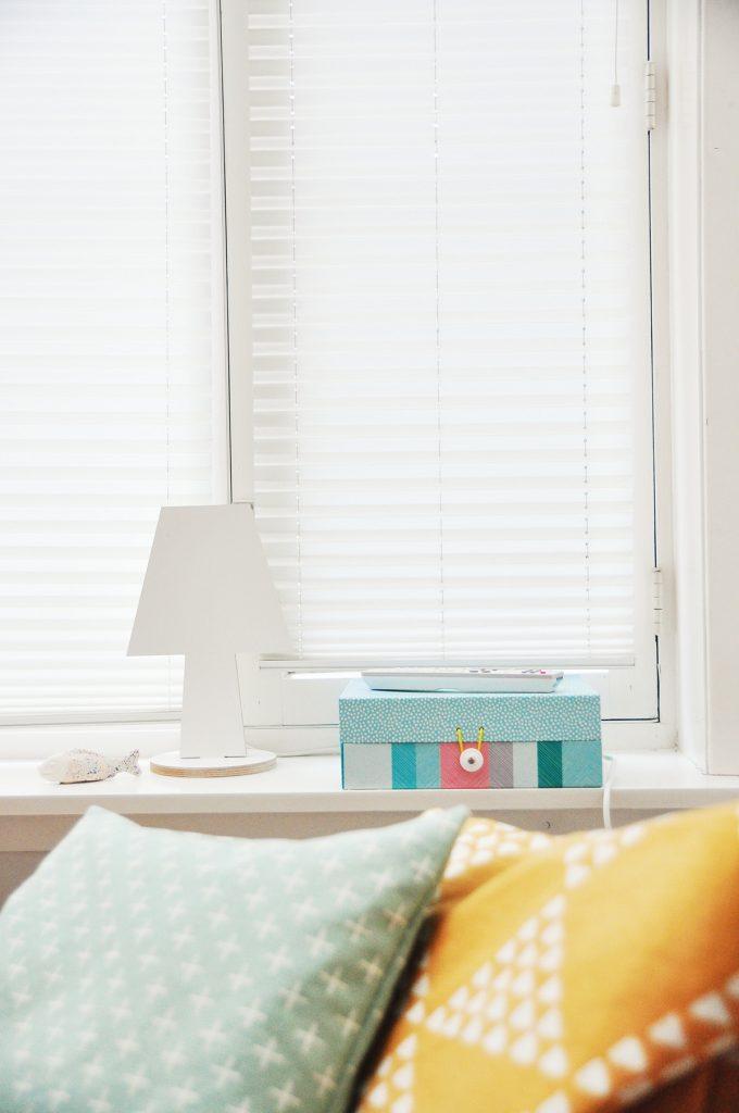 Mit Retro-Accessoires wie etwa Lampen mit geometrischen Mustern könnt ihr einfach und schnell euer Schlafzimmer-Styling auffrischen.