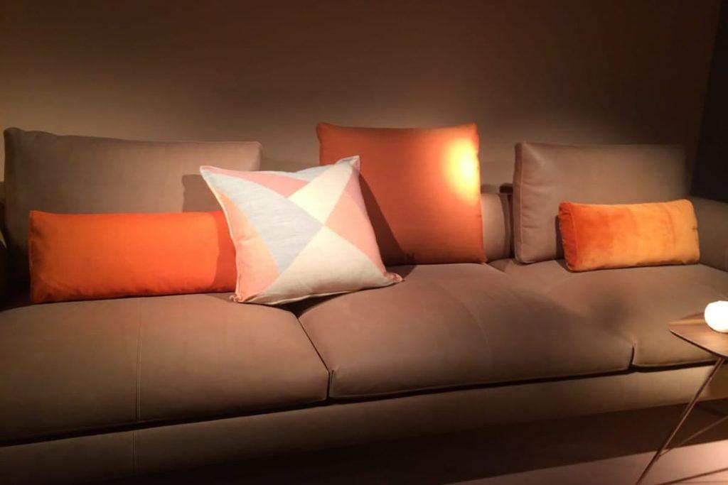 Der Wohntrend geht hin zu kräftigen Farben und Farbkombinationen wie sich auch auf der Mailänder Möbelmesse zeigt.