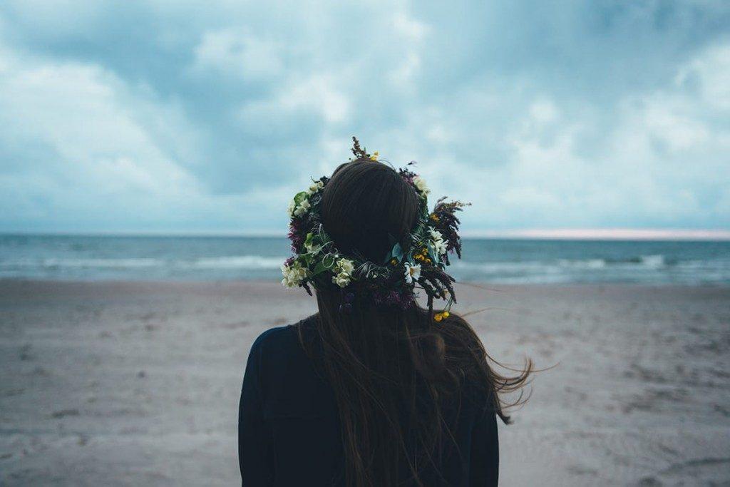 Bei den Feiern zur Mittsommer-Zeit tragen viele Mädchen und junge Frauen Blumenkränze im Haar.