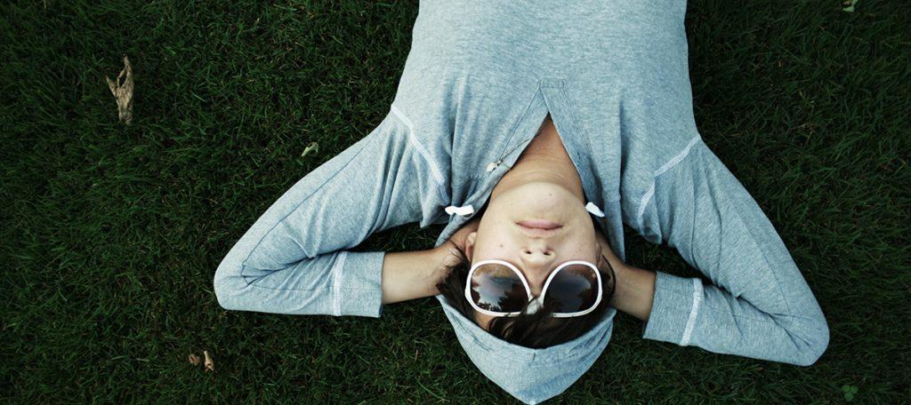 Nichtstun, Müßiggang, Entspannung, Wiese, Sonnenbrille
