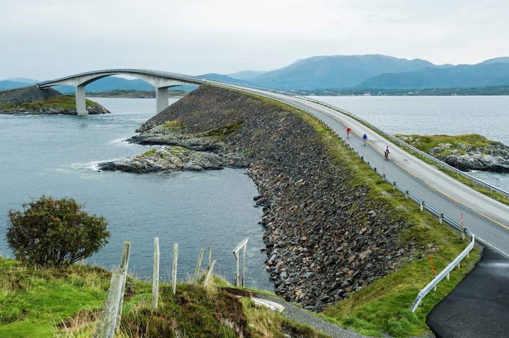 Ob die Sonne scheint oder der Wind fegt, in Norwegen im Frühling ist die Atlantikstraße immer ein Erlebnis.