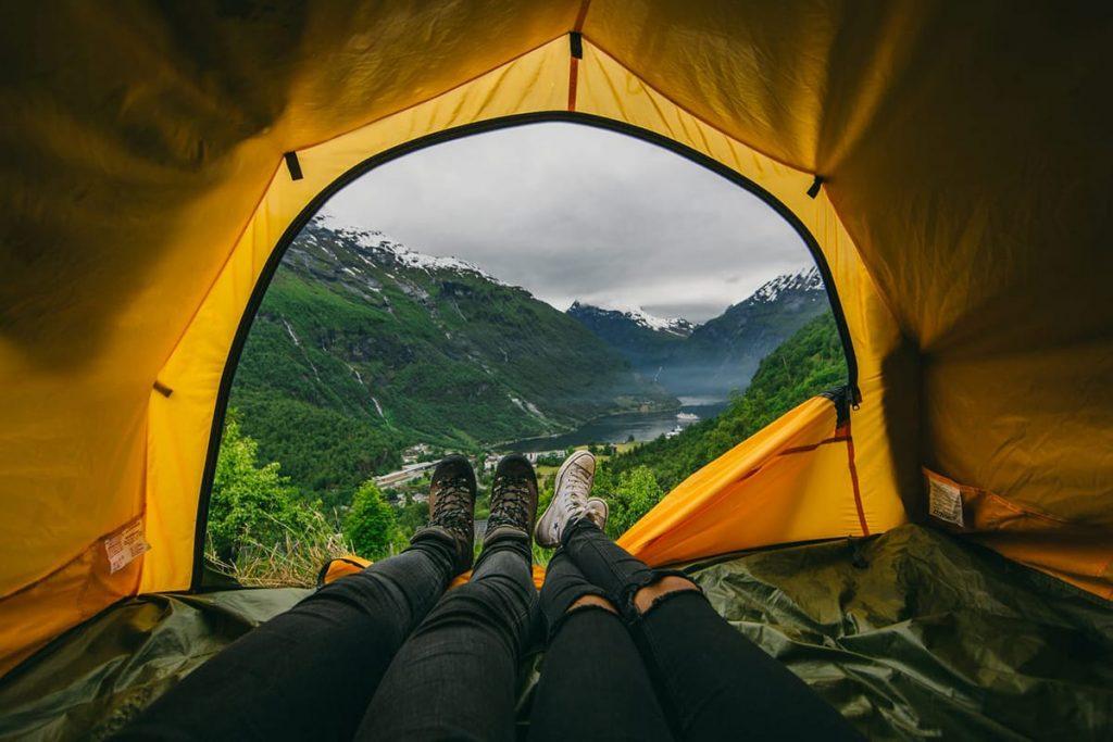 Oberhalb vom Geirangerfjord lässt sich in Norwegen im Frühling schon campen.