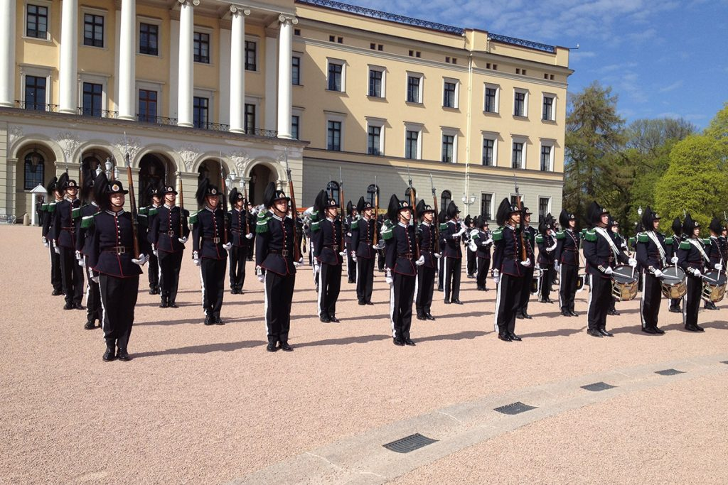 Zum Nationalfeiertag in Norwegen gehört auch eine Parade vor dem Königlichen Schloss.
