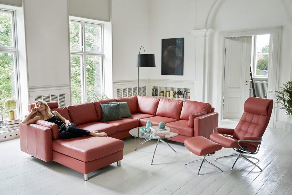 Nach Hause kommen und entspannen - zum Beispiel auf dem neuen E600 Sofa von Stressless.