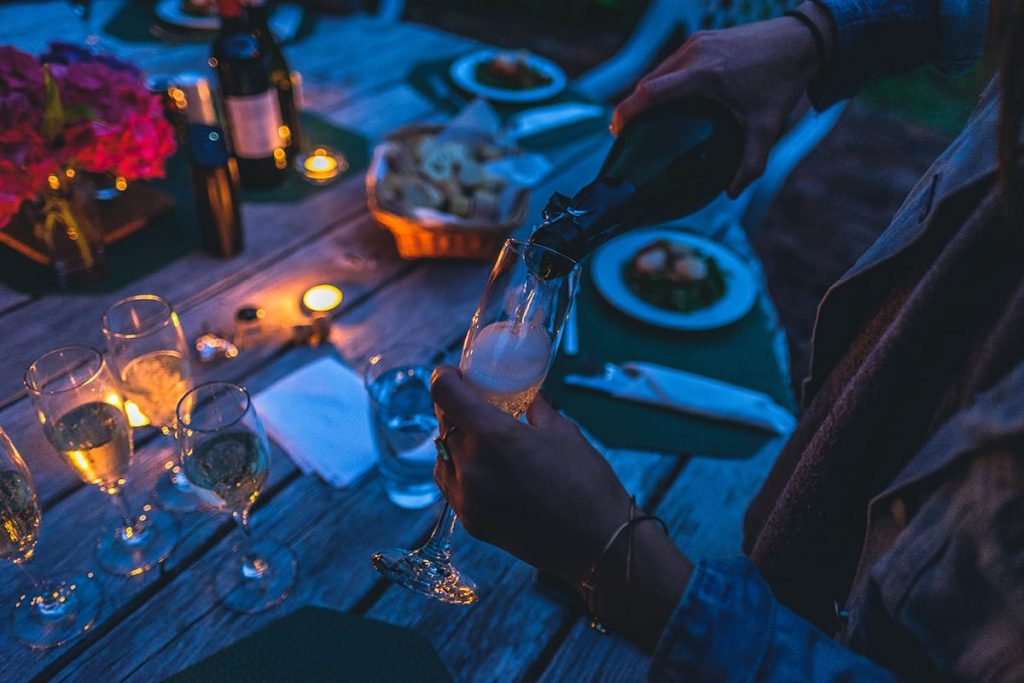 Folgt dem Wohlfühl-Trend Hygge und speist öfter mal gemeinsam mit Freunden und Familie am stilvoll gedeckten Tisch.