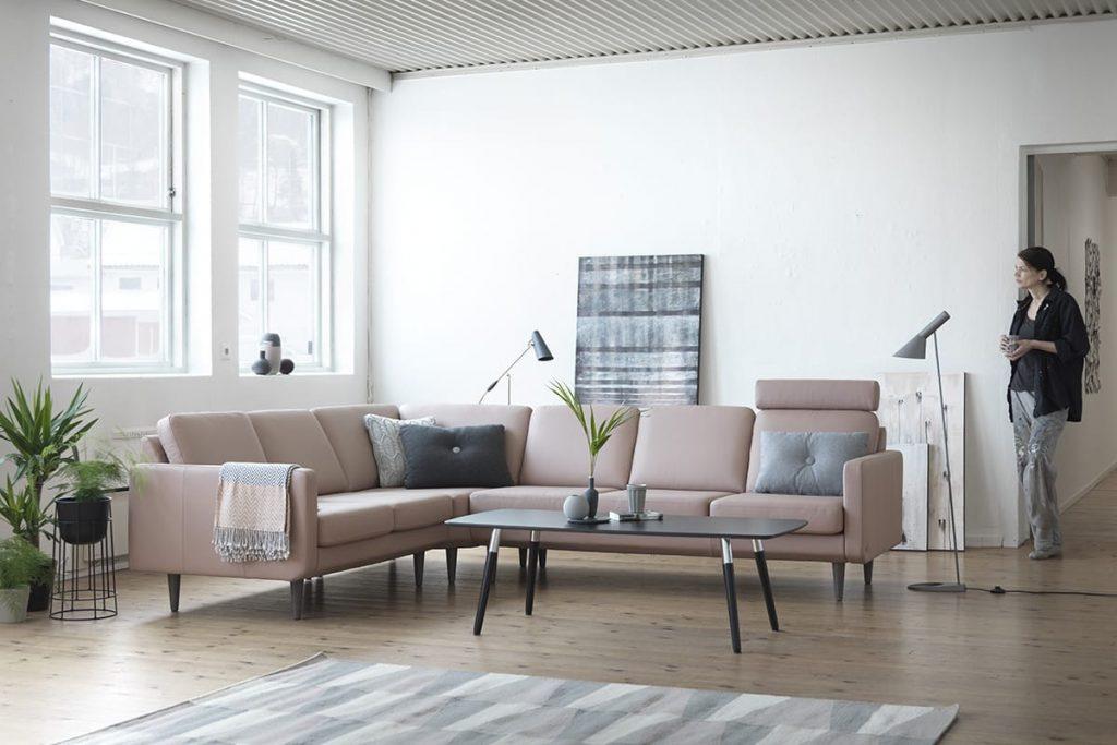 Klares skandinavisches Design und moderne Möbel entfalten eine entspannende Wirkung – wie hier das Sofa Stressless Joy.