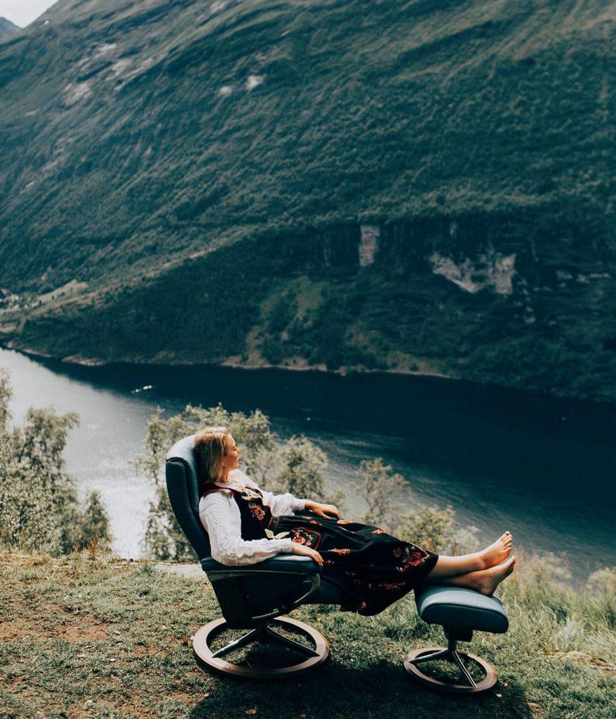 Mit Blick auf die faszinierende Fjord-Landschaft lässt sich in Norwegen im Frühling gut entspannen – am besten in einem Stressless Sessel.