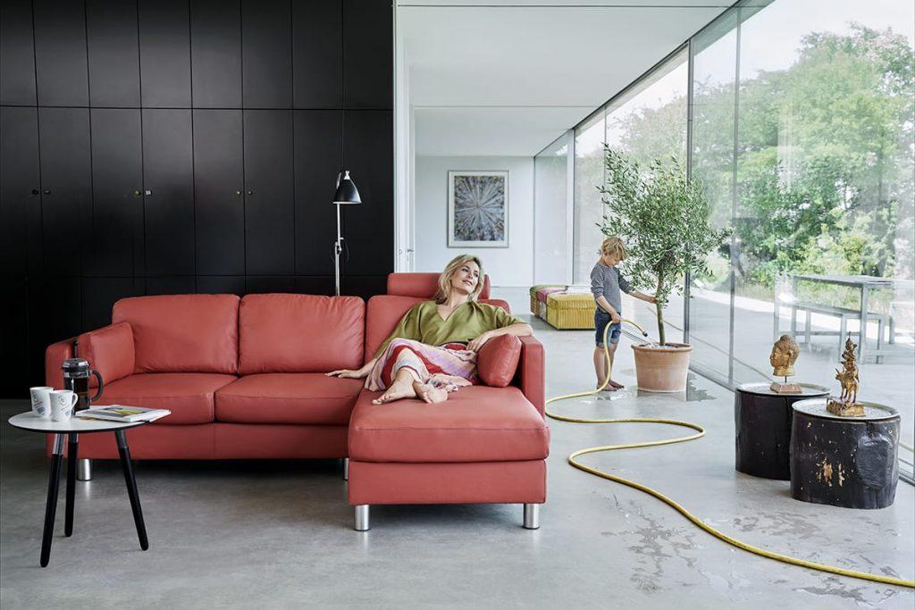 Zu den Tipps für den Garten gehört auch die Entspannung nach getaner Gartenarbeit – am besten auf einem Stressless Sofa.