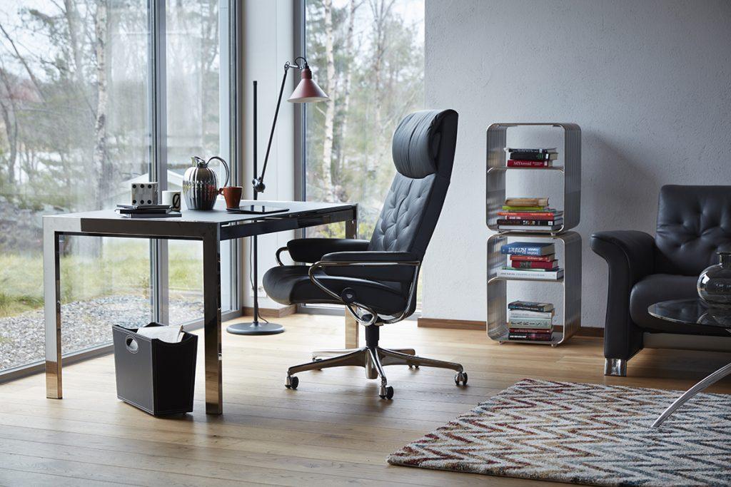 Ein Stressless Home Office Sessel mit rückenschonenden Funktionen fördert entspanntes Sitzen und tut dem Rücken gut.