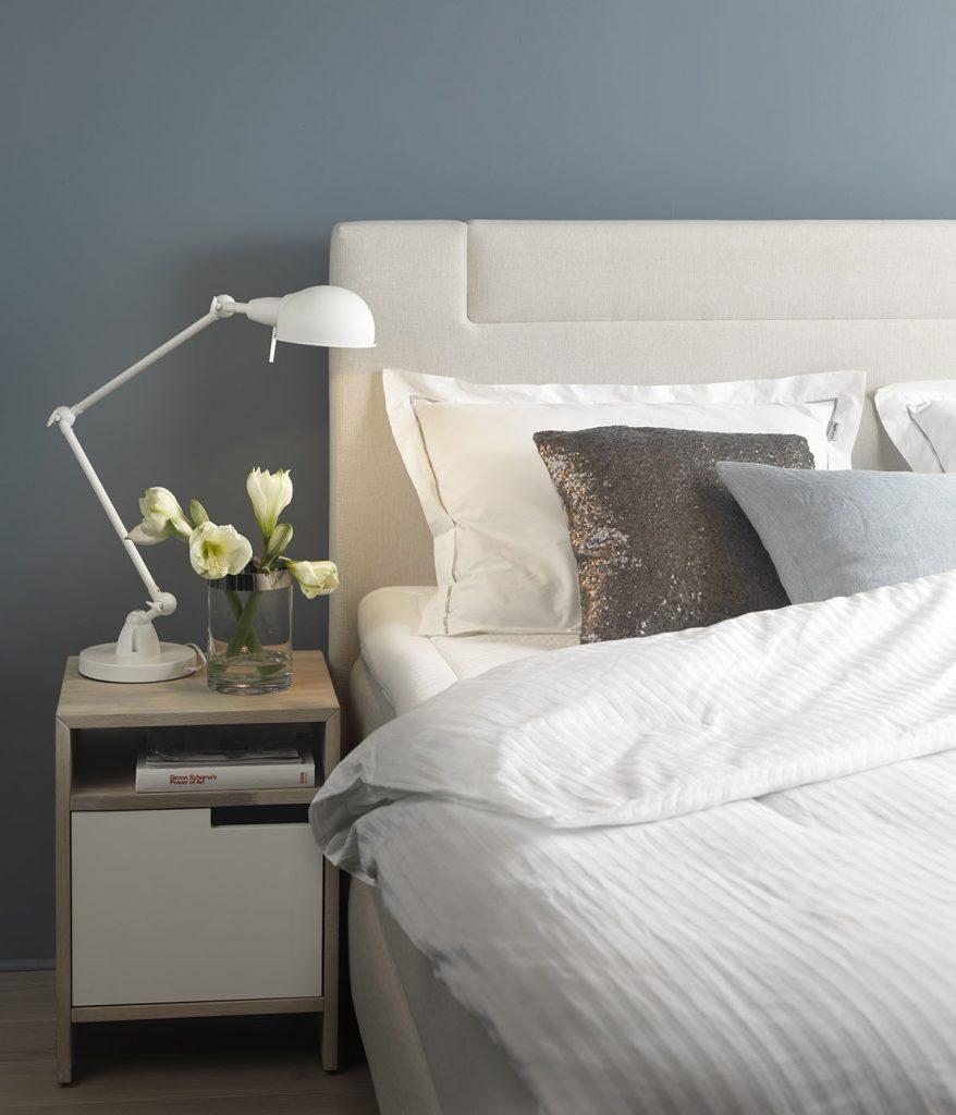 Farbtöne, die Ruhe ausstrahlen, schaffen ein behagliches Schlafzimmer.