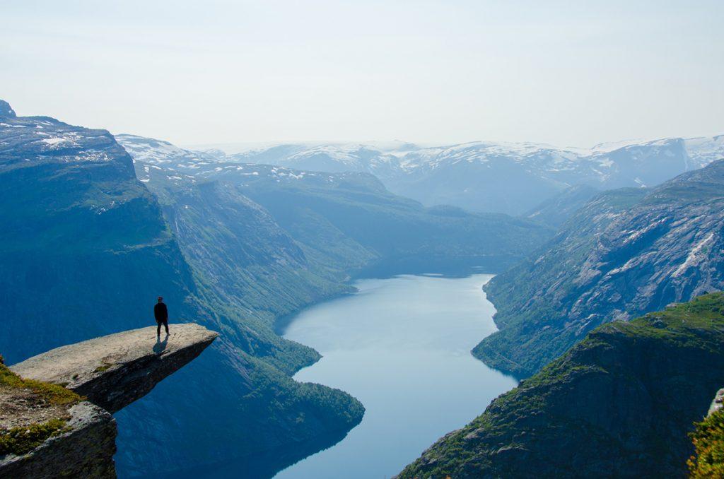 Ein Ort, den man in Norwegen im Frühling besuchen sollte, ist Trolltunga hoch über dem Stausee Ringedalsvatnet.