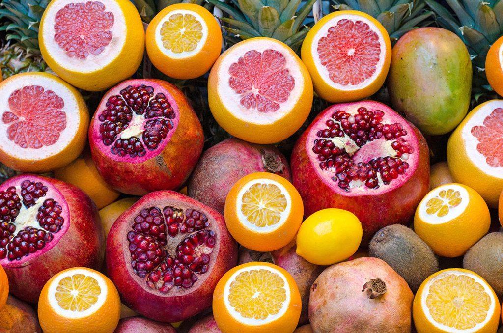 Mit Superfoods wie dem Granatapfel kommt ihr fit und gesund durch den Winter.