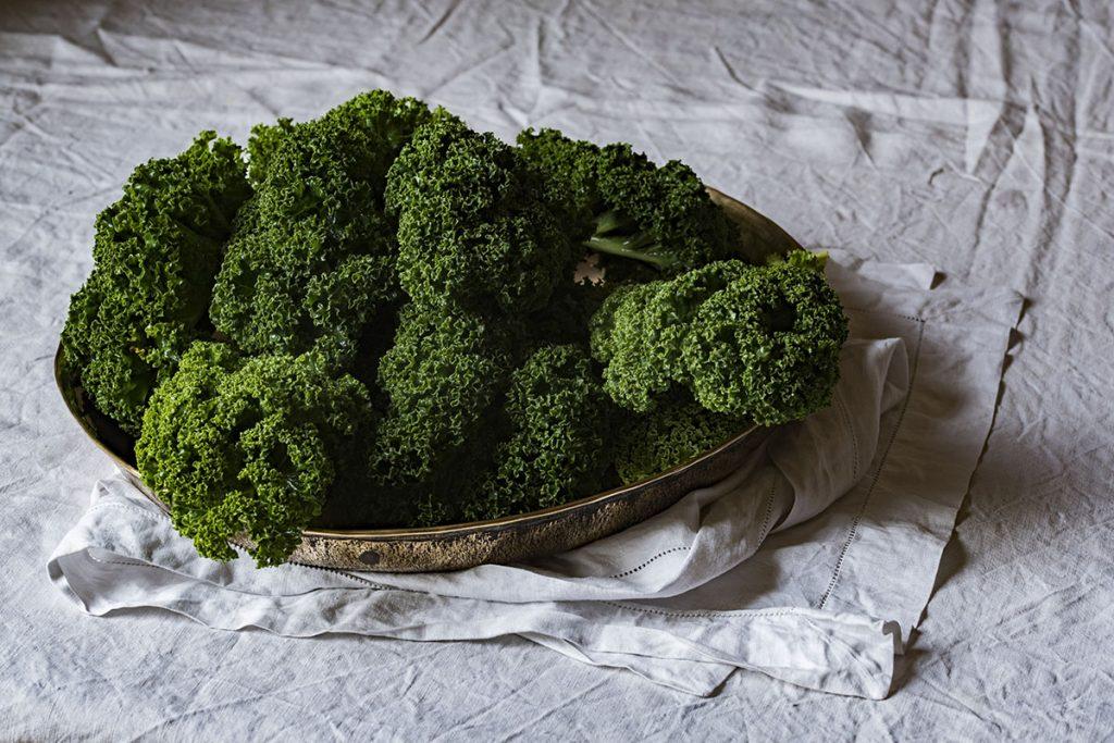 Grünkohl ist ein gesundes winterliches Superfood und ist einfach zuzubereiten.