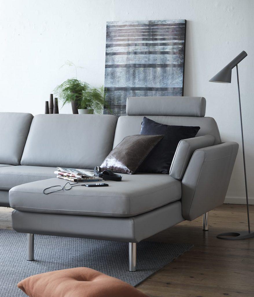 Beim Einrichten solltet ihr etwas Überraschendes einbauen - wie etwa mettalicfarbene Kissen auf eurem Stressless Air Sofa.