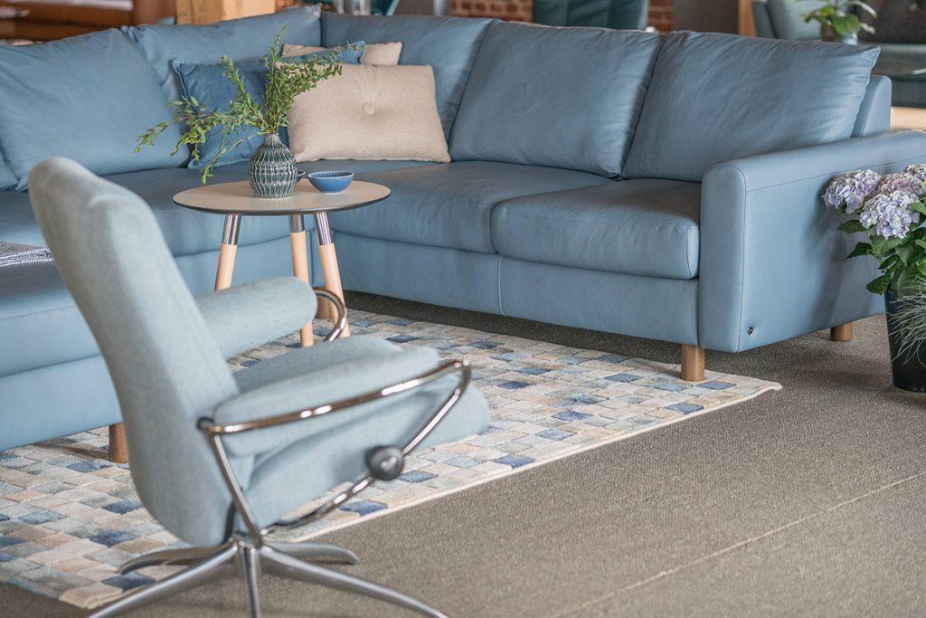 Im neu gestalteten Stressless Ausstellungsraum ist auch das neue Sofa-Modell Stressless E700 zu finden.