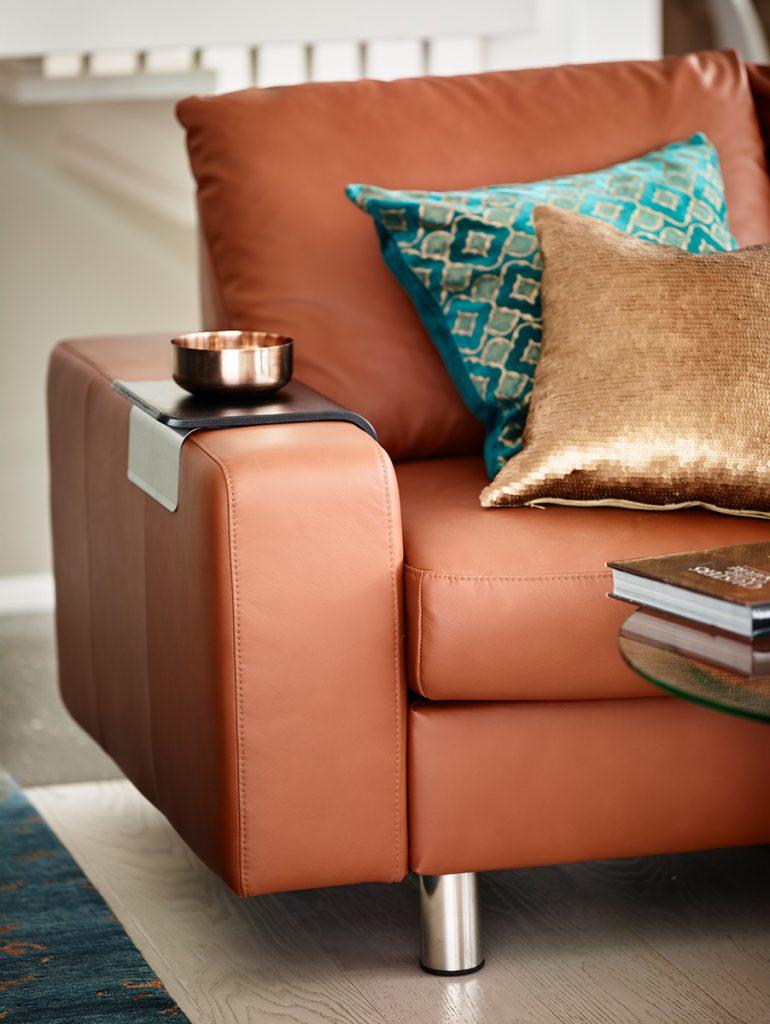 Beim Einrichten solltet ihr etwas Überraschendes einbauen - wie etwa mettalicfarbene Kissen auf eurem Stressless Emma E200 Sofa.