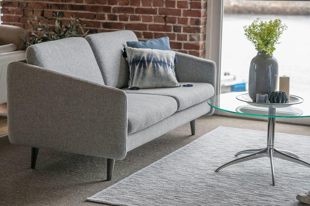 In dem Stressless Eve Sofa aus der neuen Stressless Lounge Serie kann man im Ausstellungsraum Ekornes Bua gemütlich Probe sitzen.