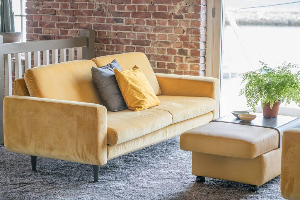 In sonnigem Gelb schmückt diese Ausführung des Stressless Leo Sofas den neu gestalteten Ekornes Ausstellungsraum.
