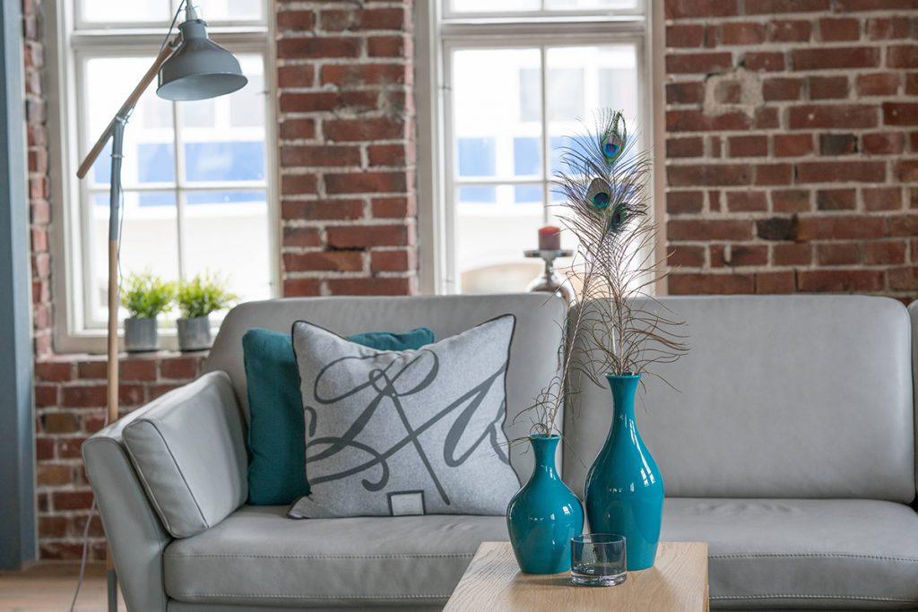 Das neue Stressless Air Sofa wird in der Farbkombination Grau und Blau in dem neu gestalteten Ausstellungsraum gezeigt.