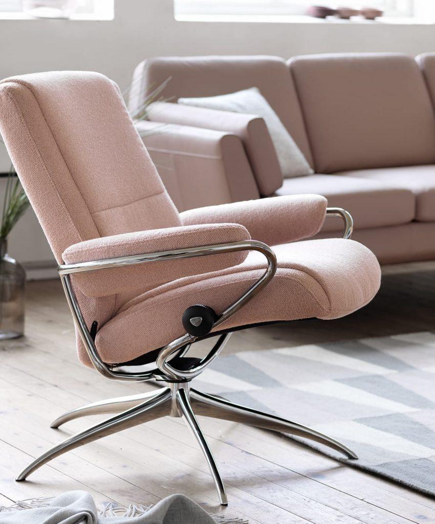 Ein sanfter Rosaton bei der Farbgestaltung kann dem Raum eine stressreduzierende Atmosphäre verleihen.