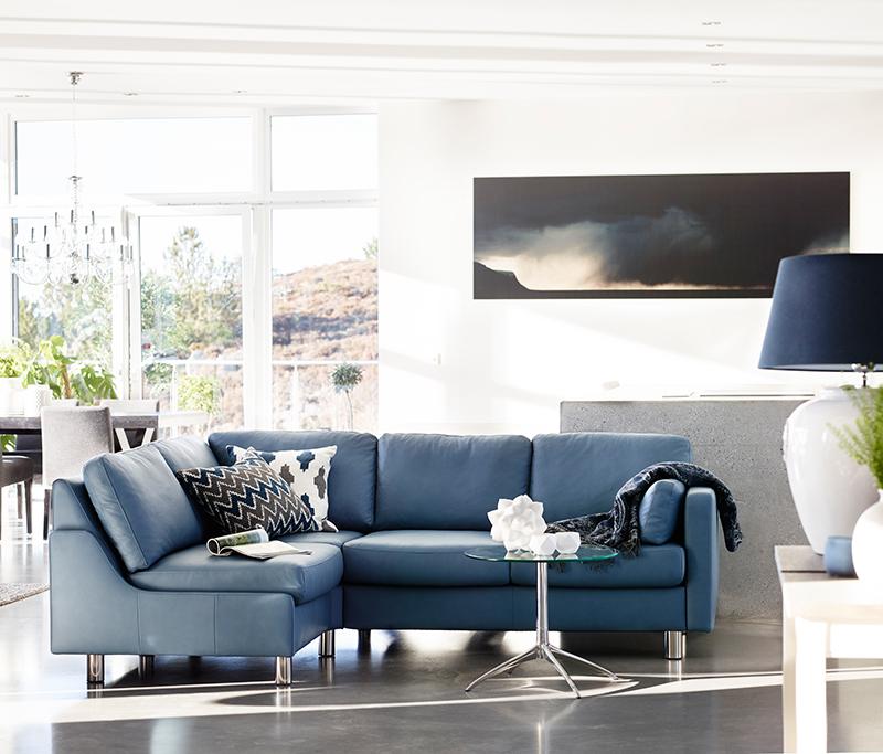 Der Stressless Urban Sofa-Tisch in Kombination mit dem Stressless Sofa E600 sorgt für eine entspannende und stilvolle Atmosphäre im Wohnraum.
