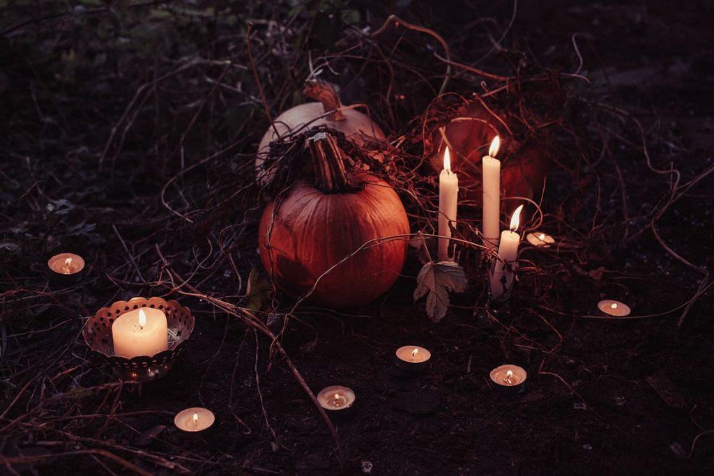 Mit vielen Kerzen und stimmungsvoller Halloween-Deko kann der Halloween-Abend mit Freunden ganz entspannt starten.