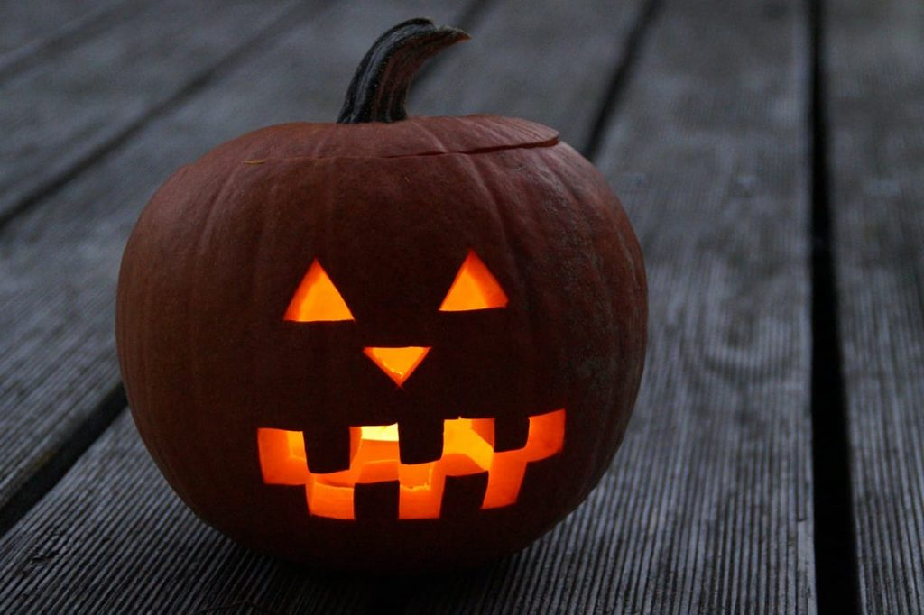Ein ausgehöhlter Kürbis als leuchtendes Gruselgesicht ist die perfekte Halloween-Deko.