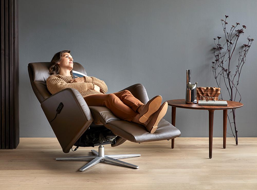 Nach einem Herbstspaziergang lässt es sich am besten Zuhause in einem Sessel entspannen – zum Beispiel in einem Stressless Scott mit Massage und Heizfunktion.