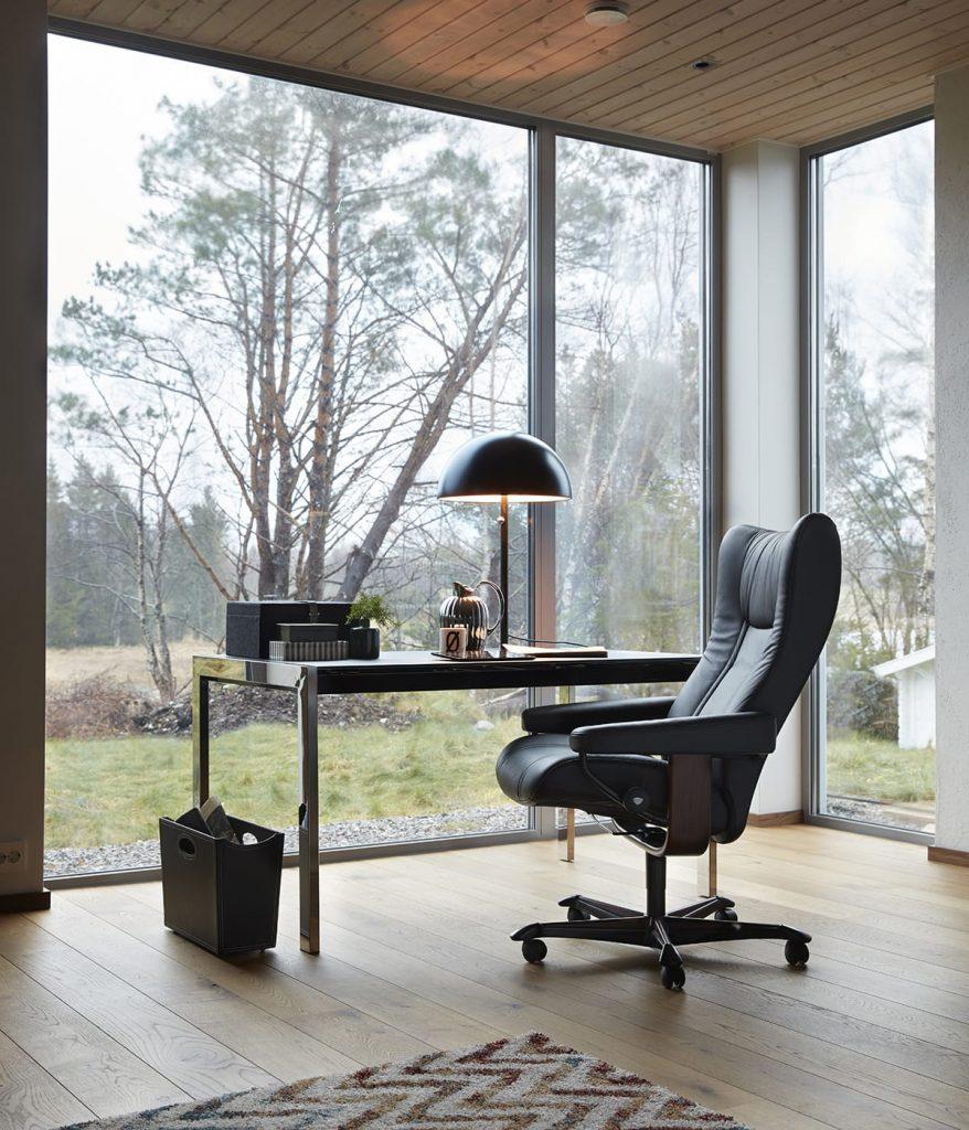 Sich gut organisieren hilft dabei, die Dinge schnell und effizient zu erledigen. Ebenso wie ein Stressless Home Office Sessel Wing.