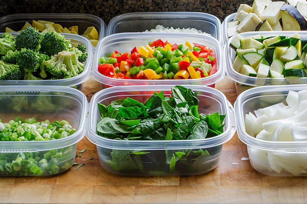 Die Mahlzeiten im Voraus gut zu organisieren hilft dabei, nicht zu viel zu essen und sich gesund zu ernähren.
