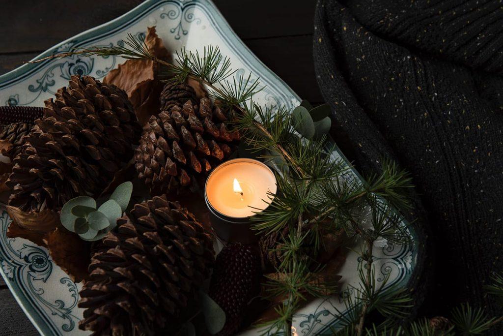 Für die perfekte Beleuchtung im Winter sorgen im Wohnzimmer auch einige Kerzen und Teelichter.