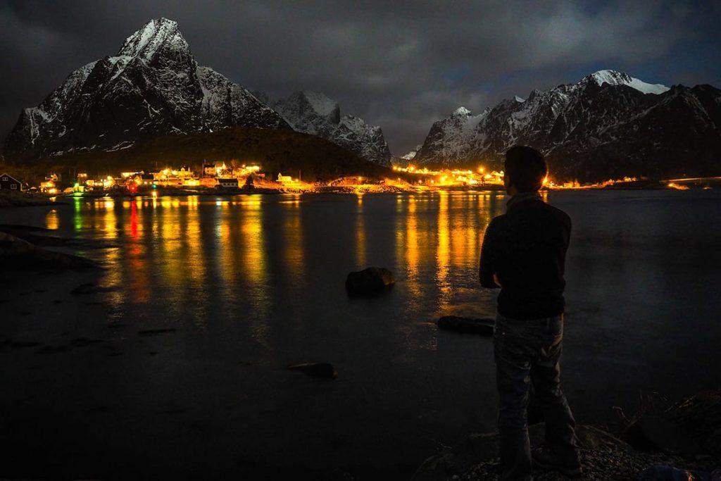 In Norwegen erstrahlen Dörfer und Städte in warmer Beleuchtung im Winter.