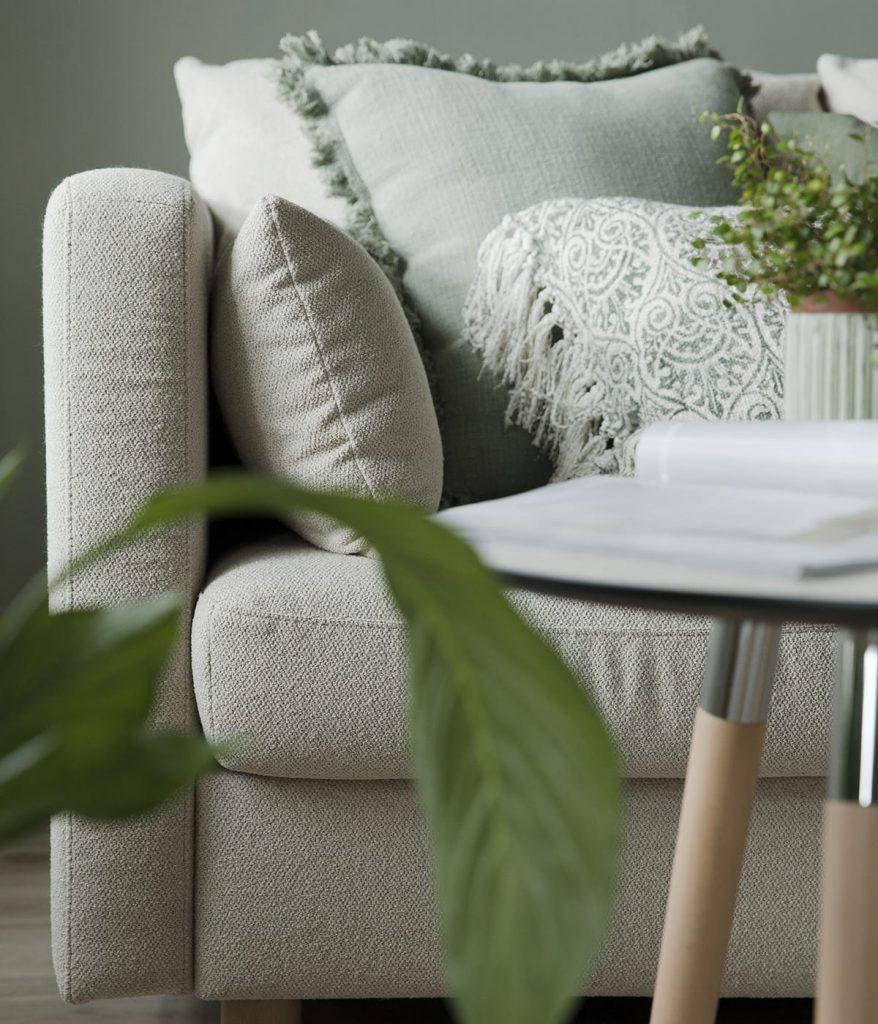 Grün und weiß, kombiniert mit einem Stressless E400 Sofa in natürlichen Farbtönen – so einfach könnt ihr ein Wohnzimmer modern einrichten.