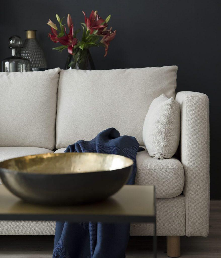 Wenn ihr euer Wohnzimmer modern einrichten möchtet, achtet darauf, mit welchen Wohnaccessoires ihr euer Stressless E400 Sofa kombiniert.