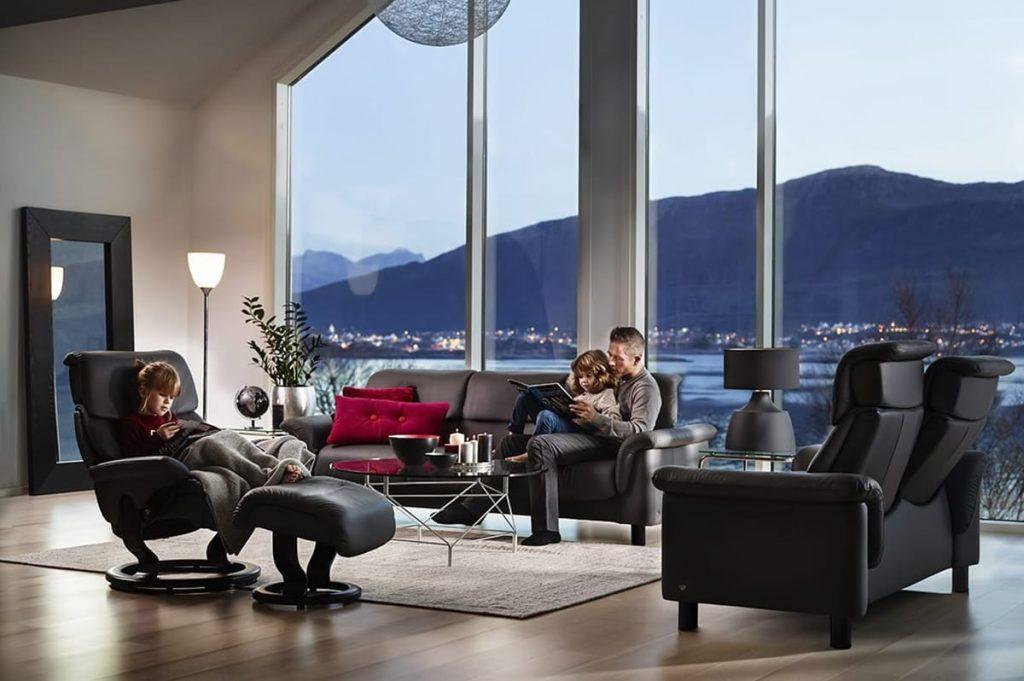 Mit einer durchdachten Beleuchtung im Winter und einem Stressless Como Sofa oder Stressless Capri Sessel lässt sich perfekt entspannen.