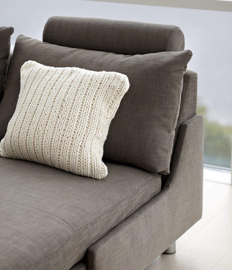 In der dunklen Jahreszeit lässt sich prima entspannen und stricken, wie etwa so wunderschöne Kissen wie hier für das Stressless E200 Sofa.