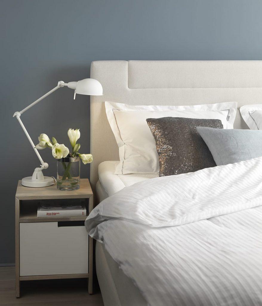 Um später gut schlafen zu können, solltet ihr die Beleuchtung im Winter am Abend schon verringern.
