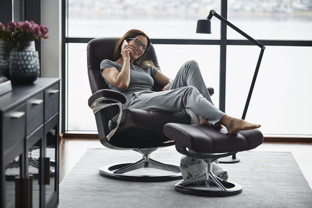 Zu Digital Detox gehört auch das Entspannen, am besten ohne Handy - auf einem Stressless Consul Sessel etwa.