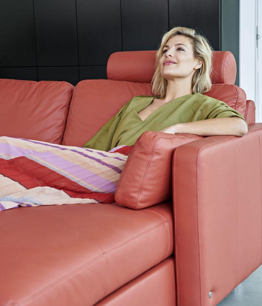 Tagebuch schreiben kann man überall – auch beim Entspannen auf dem Stressless E600 Sofa.