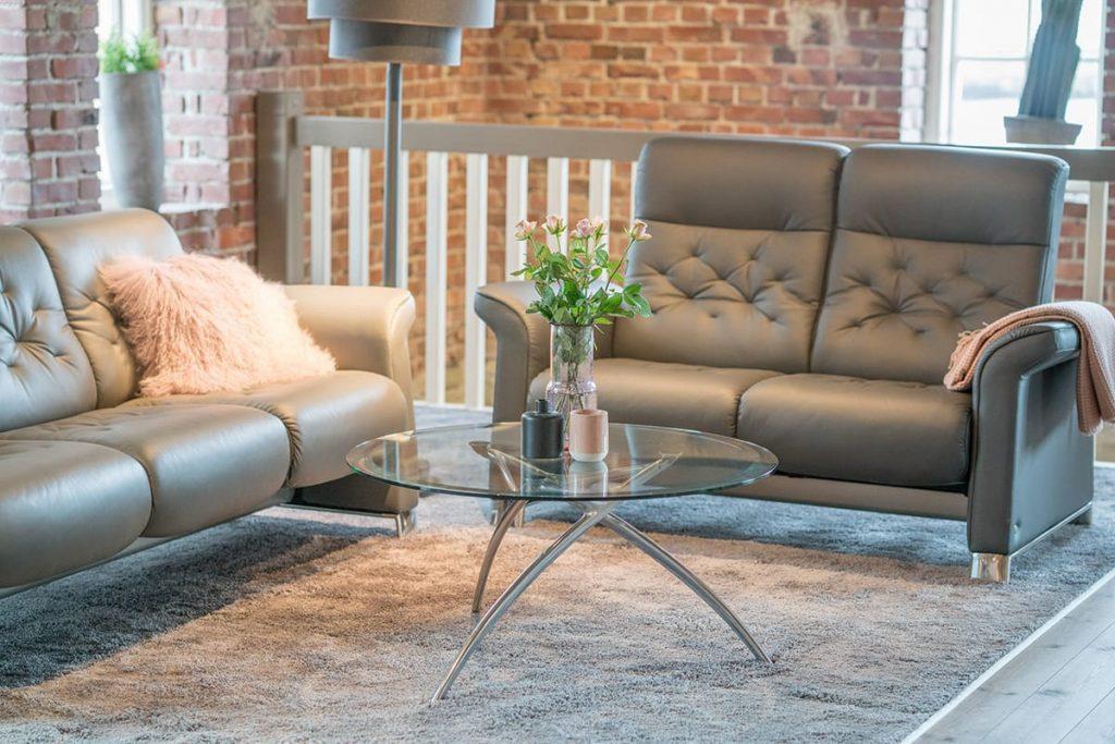 So ein hyggeliges Geschenk wie ein Sofakissen aus Schafsfell für das Stressless Metropolitan Sofa schafft eine gemütliche Atmosphäre.