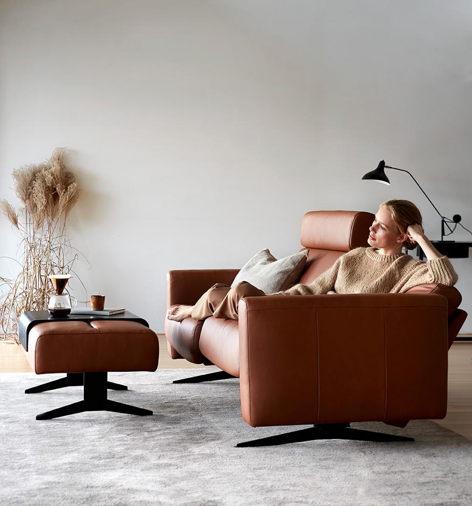 Tagebuch schreiben kann man überall – auch beim Entspannen auf dem Stressless Stella Sofa.