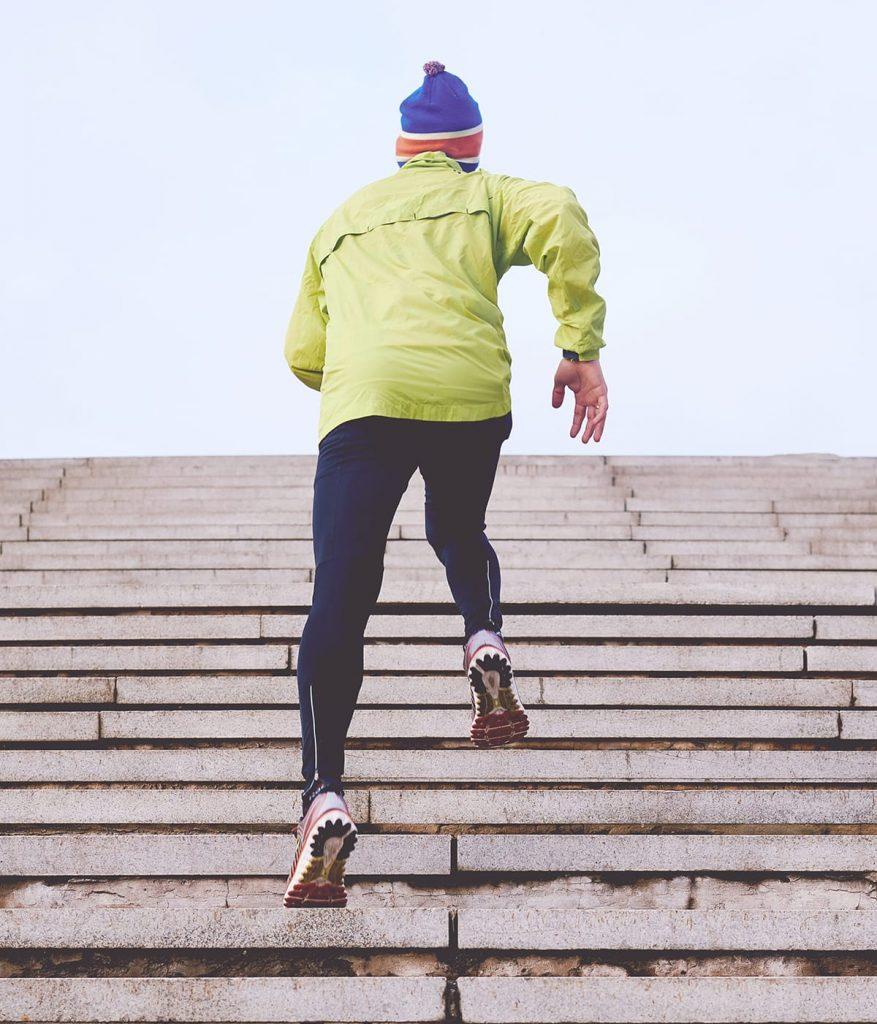 Regelmäßiger Sport unterstützt erholsamen Schlaf.