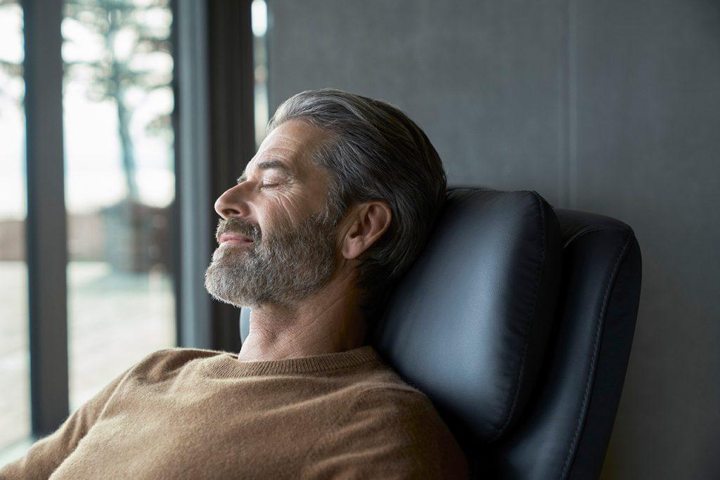 Tagebuch schreiben ist die Einladung, kurz die Zeit anzuhalten und zu entspannen – zum Beispiel auf einem Stressless Sam Relaxsessel.