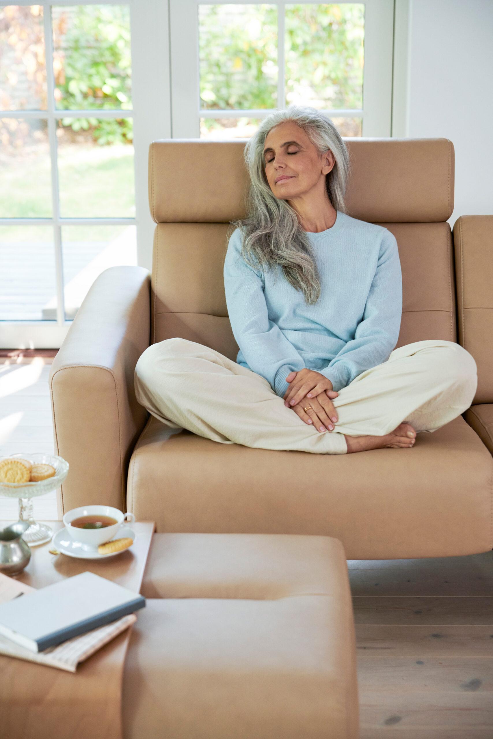 Für erholsamen Schlaf ist es hilfreich, ein Abendritual zu entwickeln wie etwa das regelmäßige Entspannen auf dem Stressless Stella Sofa.